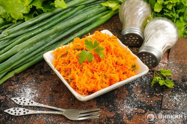 Простой салат из моркови с чесноком