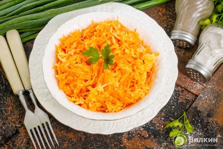 Салат из моркови с сыром, чесноком и майонезом