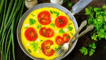 Как приготовить омлет с помидорами и зеленью