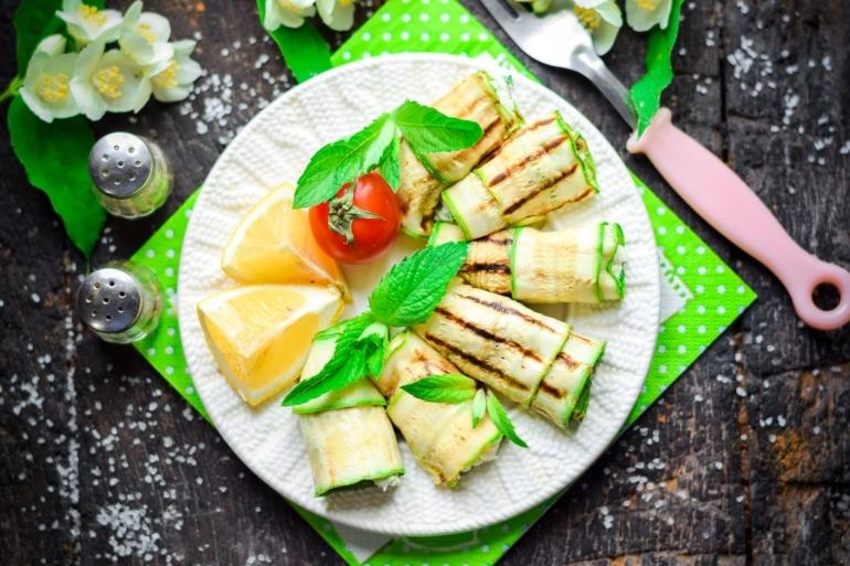 Рулеты из кабачков с сыром и зеленью