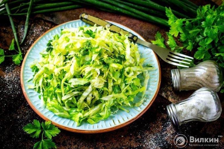 Салат из свежей молодой капусты с уксусом