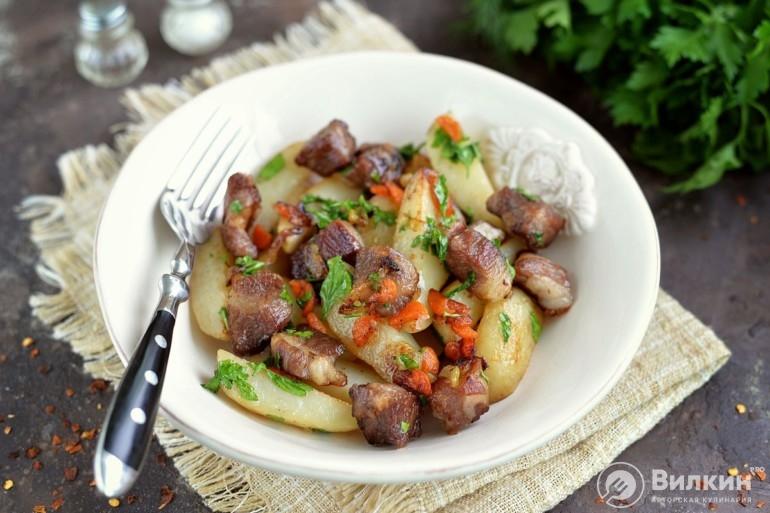 Картошка жареная с мясом на сковороде