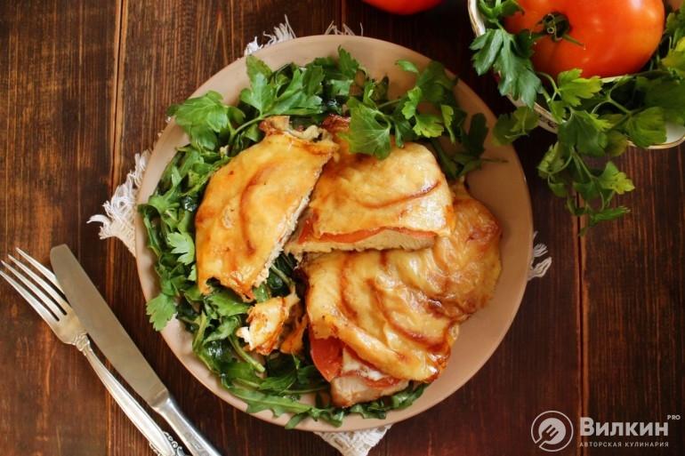 Куриная отбивная с помидором и сыром