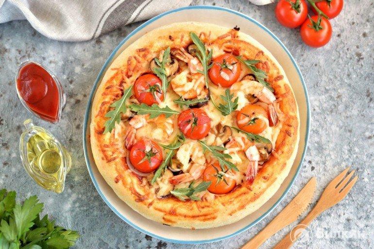 Пицца с креветками, грибами и помидорами черри