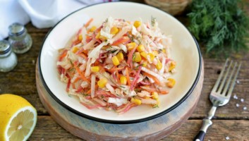 постный салат с консервированной кукурузой и пекинской капустой
