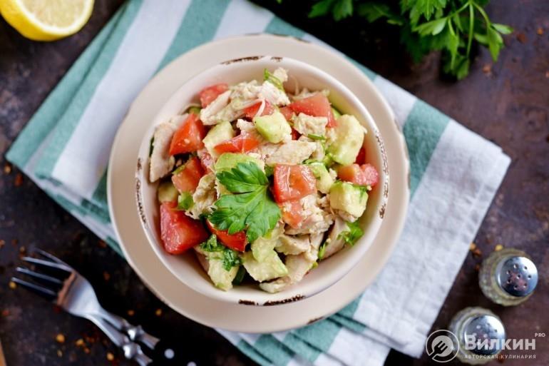 Салат с курицей, авокадо и помидорами