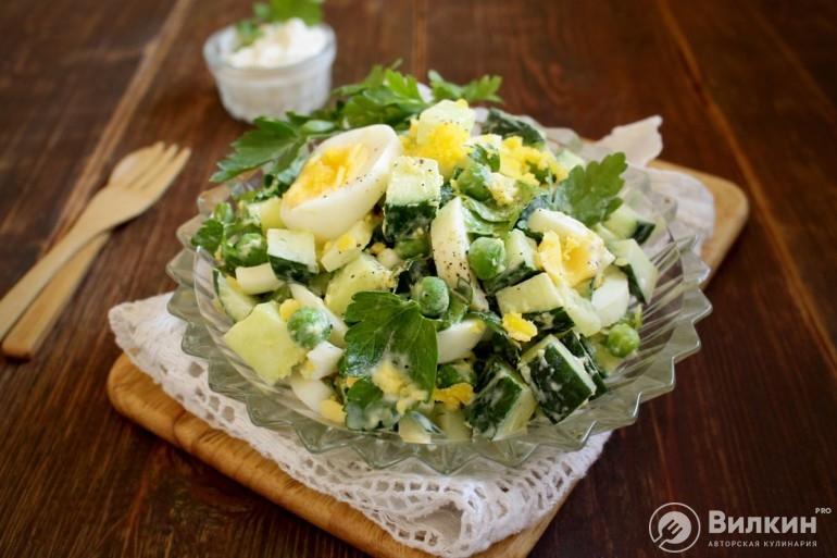 Салат из зеленого горошка, яиц и огурца