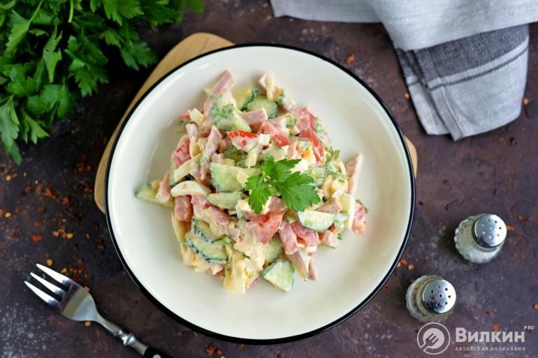 Салат из огурцов, ветчины яиц и сыра