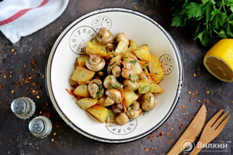 Шампиньоны, жареные с луком и картошкой
