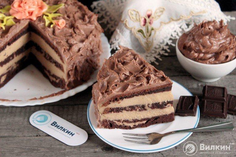 порция торта на тарелке