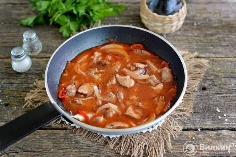 добавление соуса к мясу