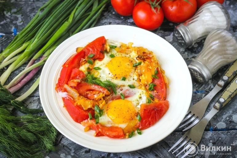 Яичница с помидорами и луком на сковороде