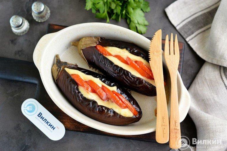 Баклажаны с помидорами, сыром и чесноком в духовке