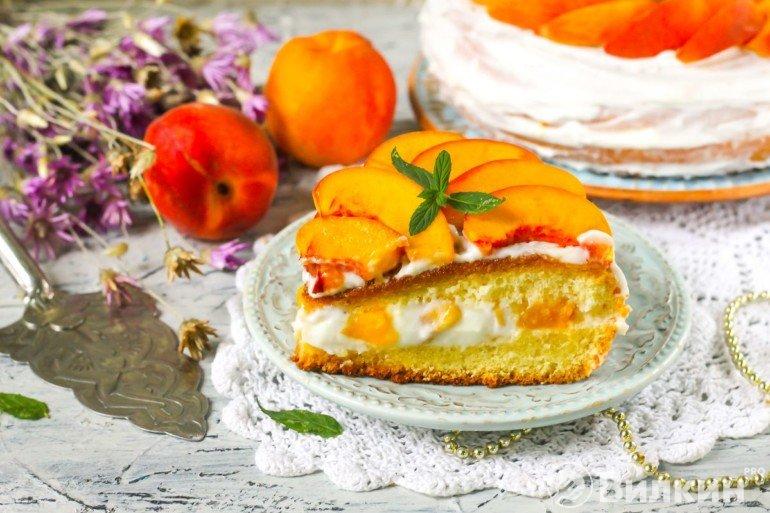 кусочек торта с персиками