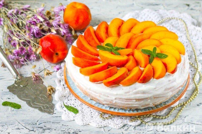 Бисквитный торт со сметанным кремом и персиками