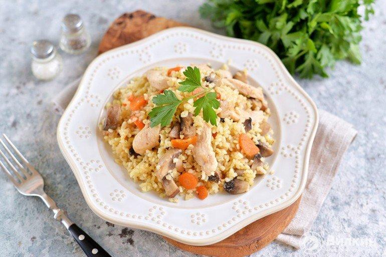 порция булгура с грибами, овощами и куриным филе