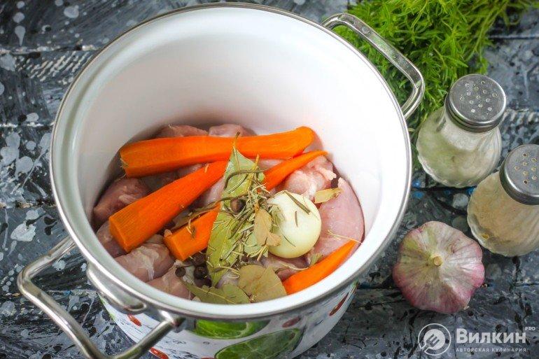 закладка мяса с овощами в кастрюлю