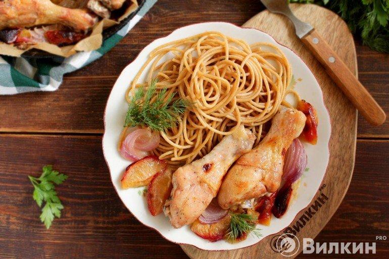 подача куриных голеней со спагетти