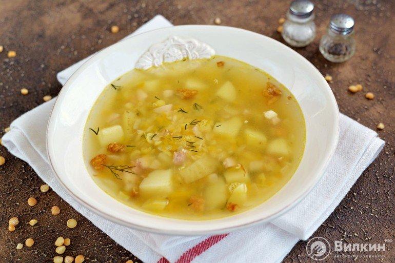 порция супа из гороха с копченостями