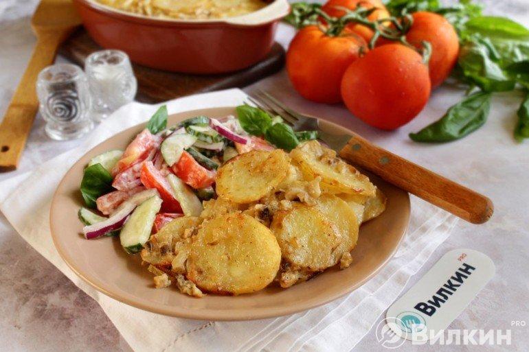 запеченный картофель с овощным салатом