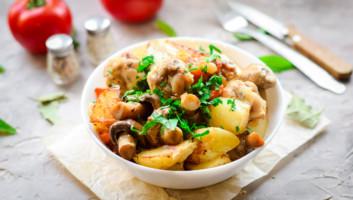 запеченная картошка с курицей и грибами