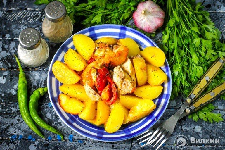 Картошка с курицей в банке в духовке