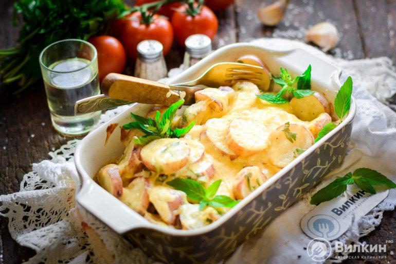 Картошка со сметаной и чесноком в духовке
