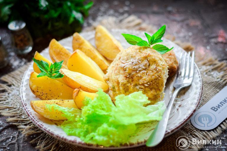 картофельные дольки с куриными котлетами