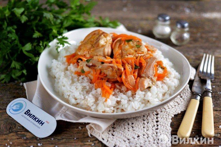 Курица, тушеная с луком и морковью