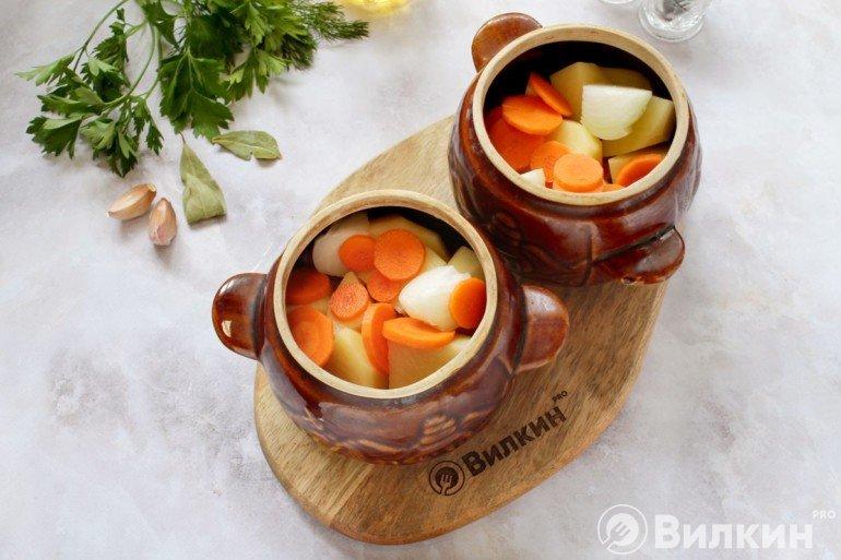 добавление картофеля и моркови