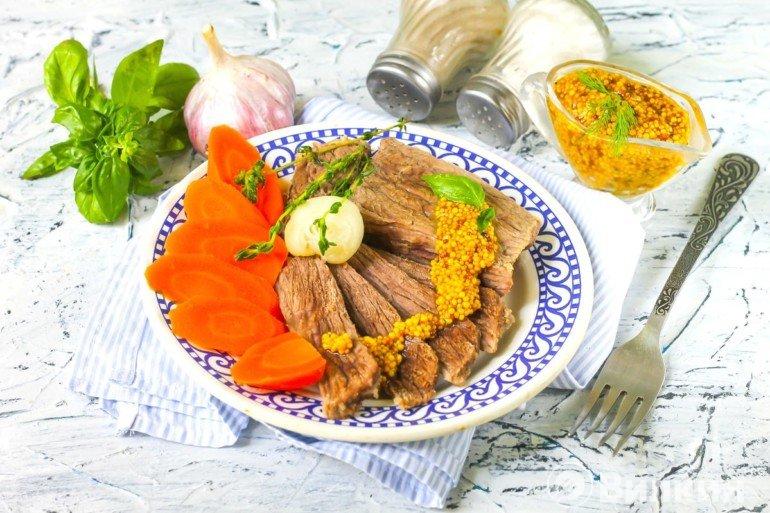 мясная нарезка с морковью и луком