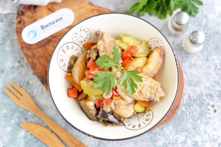 готовое рагу с овощами и куриными крылышками