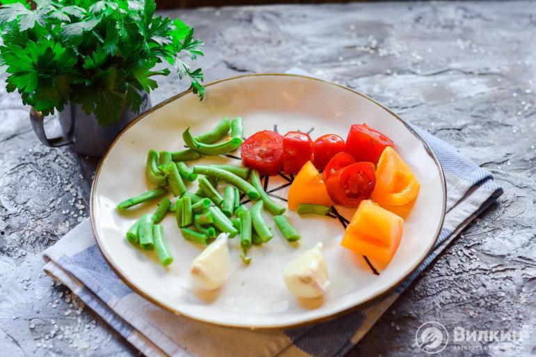 стручки, чеснок, помидор