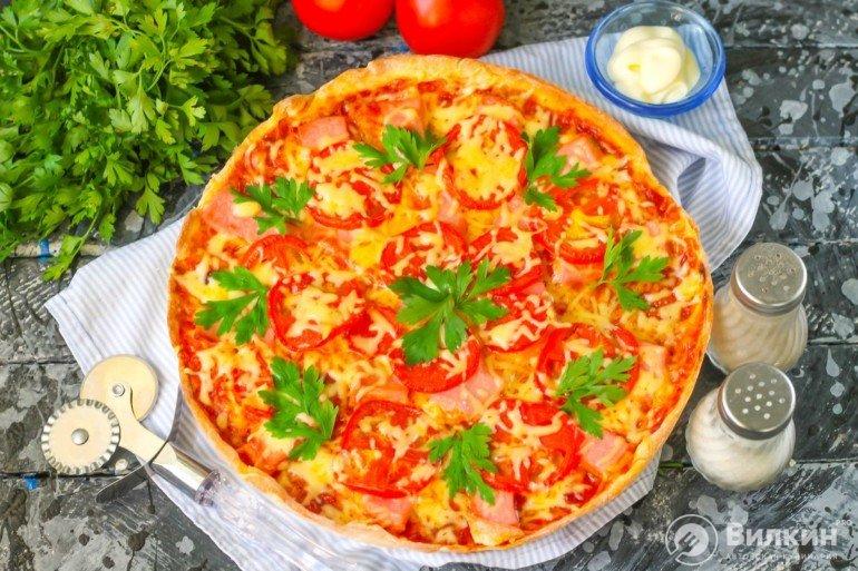 Пицца с колбасой, помидорами и сыром в духовке