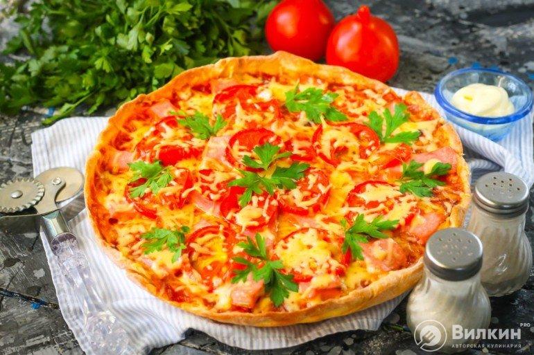 подача горячей пиццы