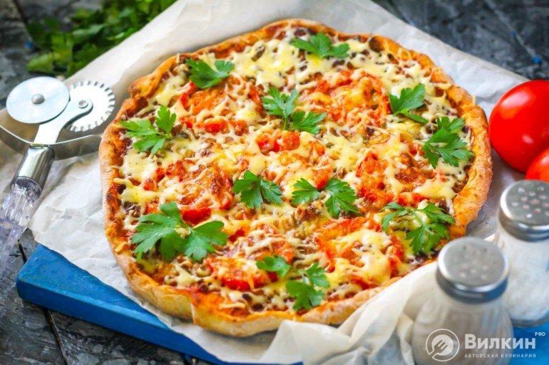 готовая пицца с тунцом и помидорами