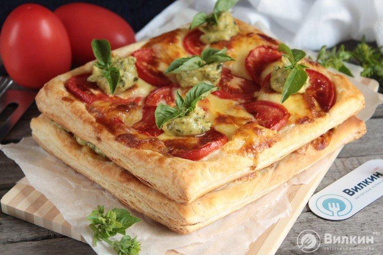 Слоеный пирог с сыром и помидорами