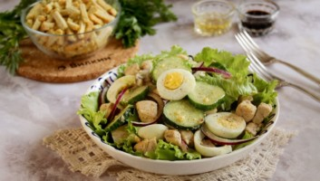 салат из курицы, яйца и огурца
