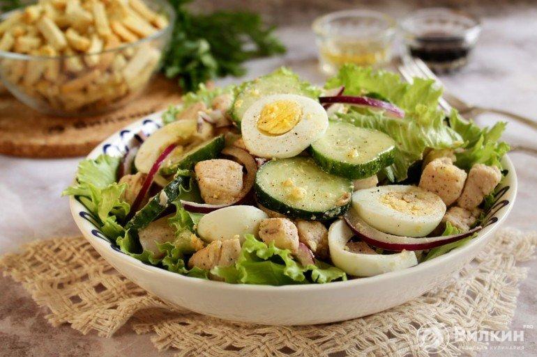 легкий салат на блюде