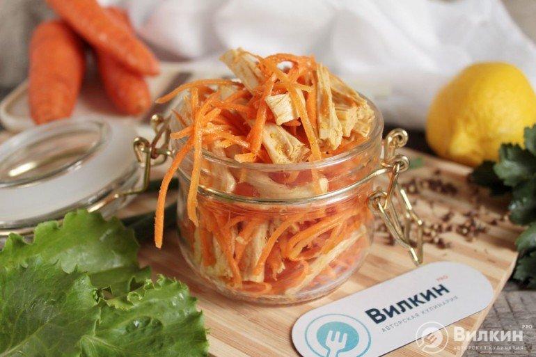 порция корейской спаржи с морковью