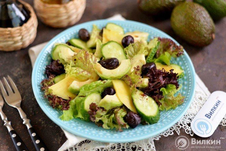 праздничный салат с авокадо, огурцом и чеддером