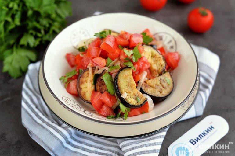 Салат из жареных баклажанов, помидоров и болгарского перца