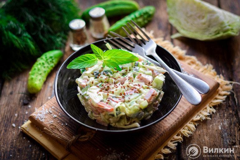 Салат с капустой, копченой колбасой и огурцами
