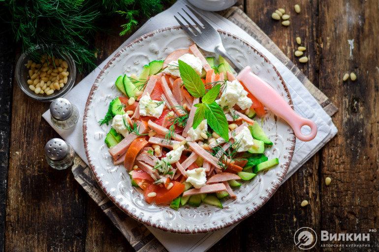 Салат с колбасой, свежими огурцами и помидорами