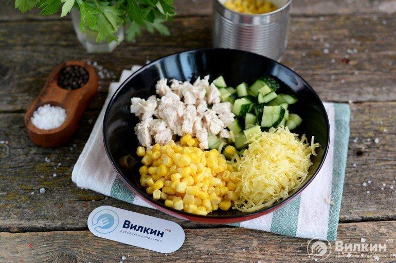 добавление кукурузы и сыра