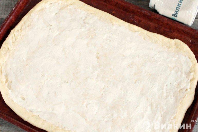пласт теста с плавленым сыром