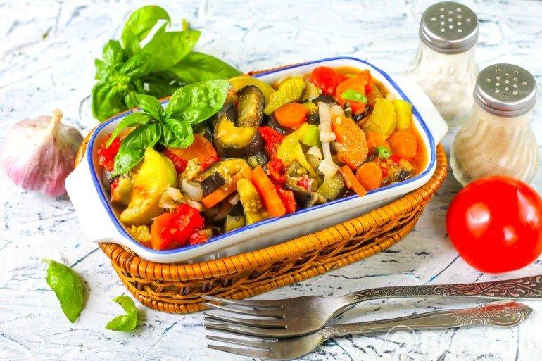 подача овощного соте на стол