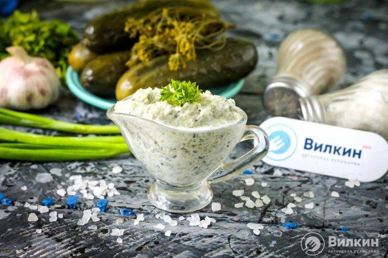 Соус из соленых огурцов, сметаны, чеснока и зелени