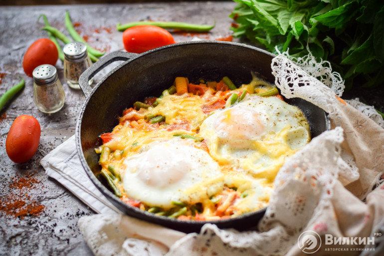 яичница с зеленой фасолью и чесноком