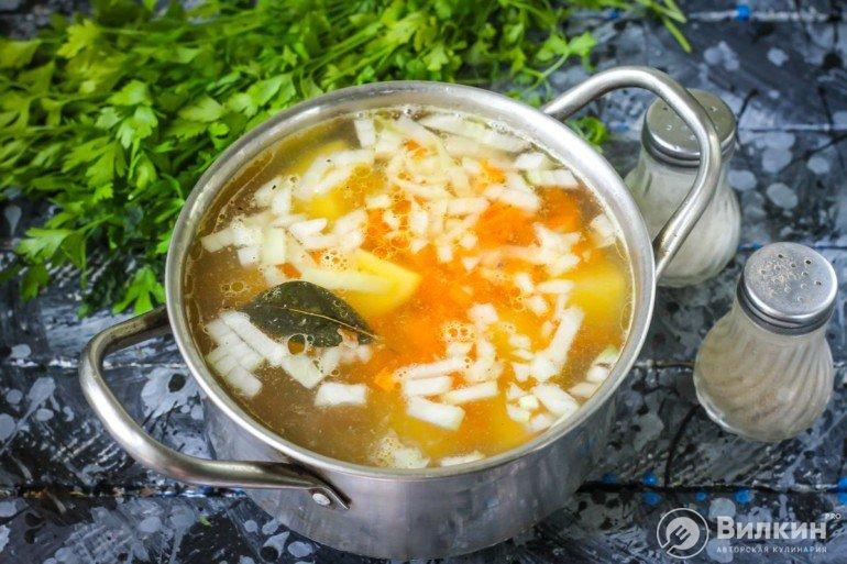 добавление овощей в кастрюлю